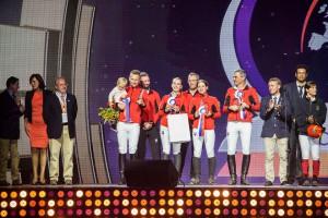 Slovenský tím si preberá ocenenie za 5. miesto v súťaži družstiev
